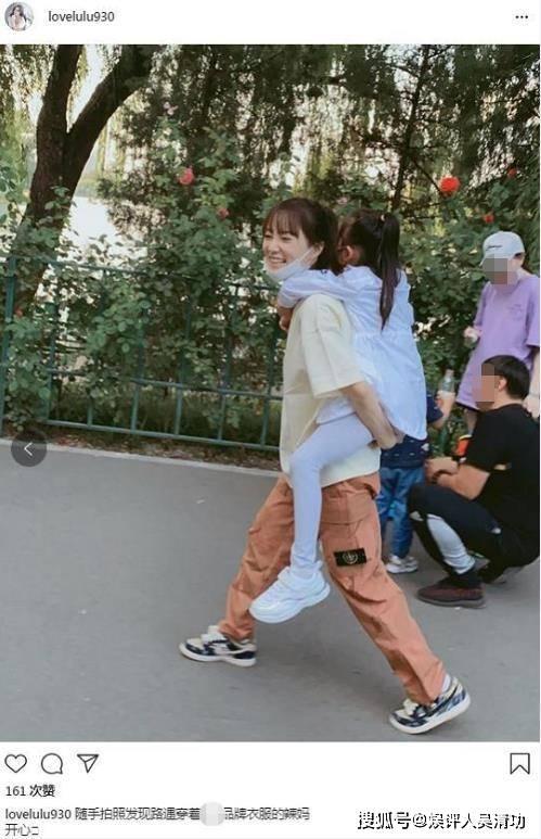 李小璐现身整容医院后,背着女儿一脸甜笑,甜馨的大长腿很抢镜