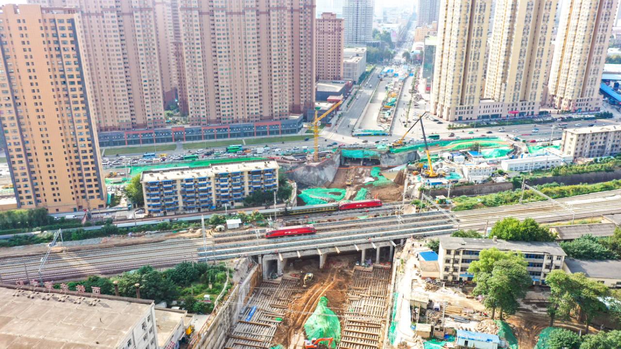 中铁二十局承建西北最大的立交箱形桥顶进就位