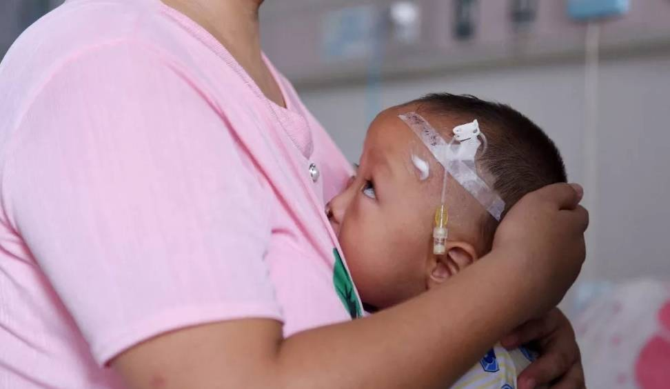 李善和他的妻子带着他们的孩子寻求治疗