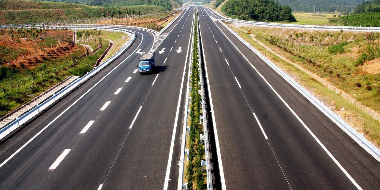 """中国第一条""""不限速""""高速公路"""