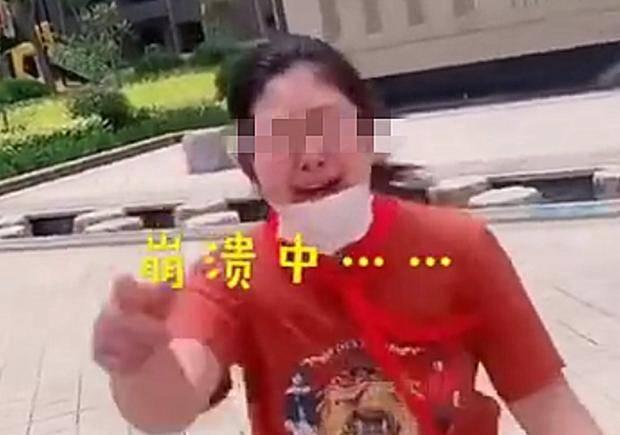 女儿长胖开学穿不上校服,被妈妈录像嘲笑,网友 一点也不好笑