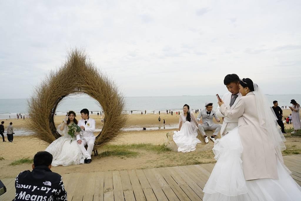 最拥挤结婚季:婆媳不合新郎签两份合同 90后订制性冷淡风
