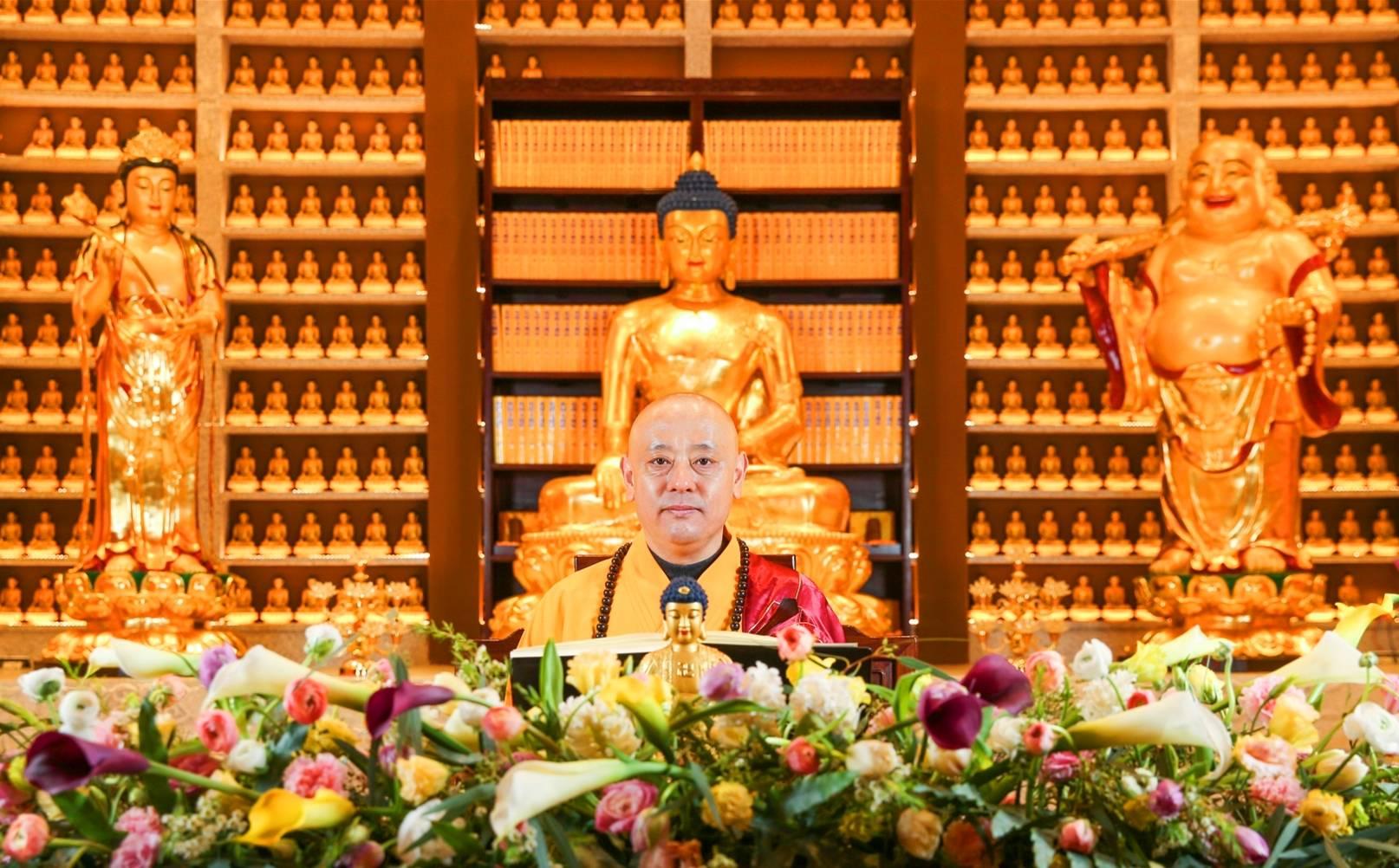洪:在听到佛的名字后 他经常练习梵语 直