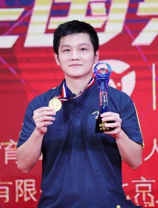 范振东在全能锦标赛中夺冠 球场外客串的国乒球星大获全胜 展现了他帅气的潜质