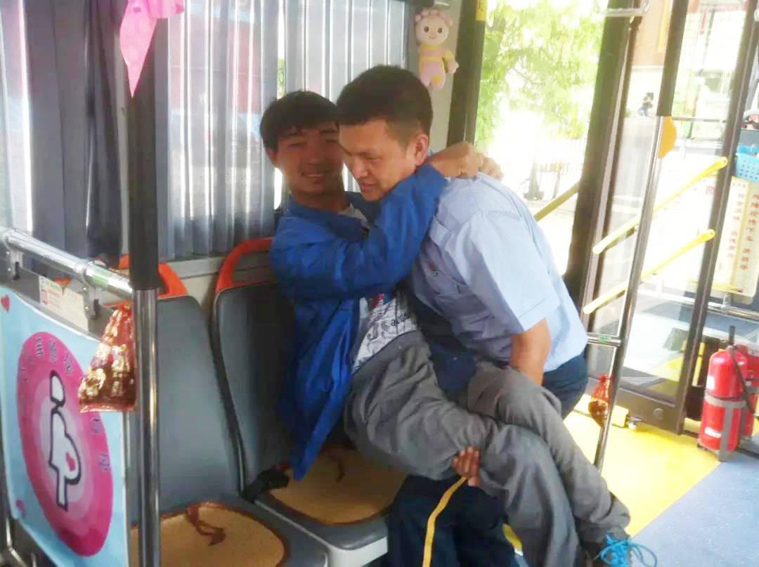 """""""四个100""""先进典型:天津公交头等舱红十字志愿服务队"""