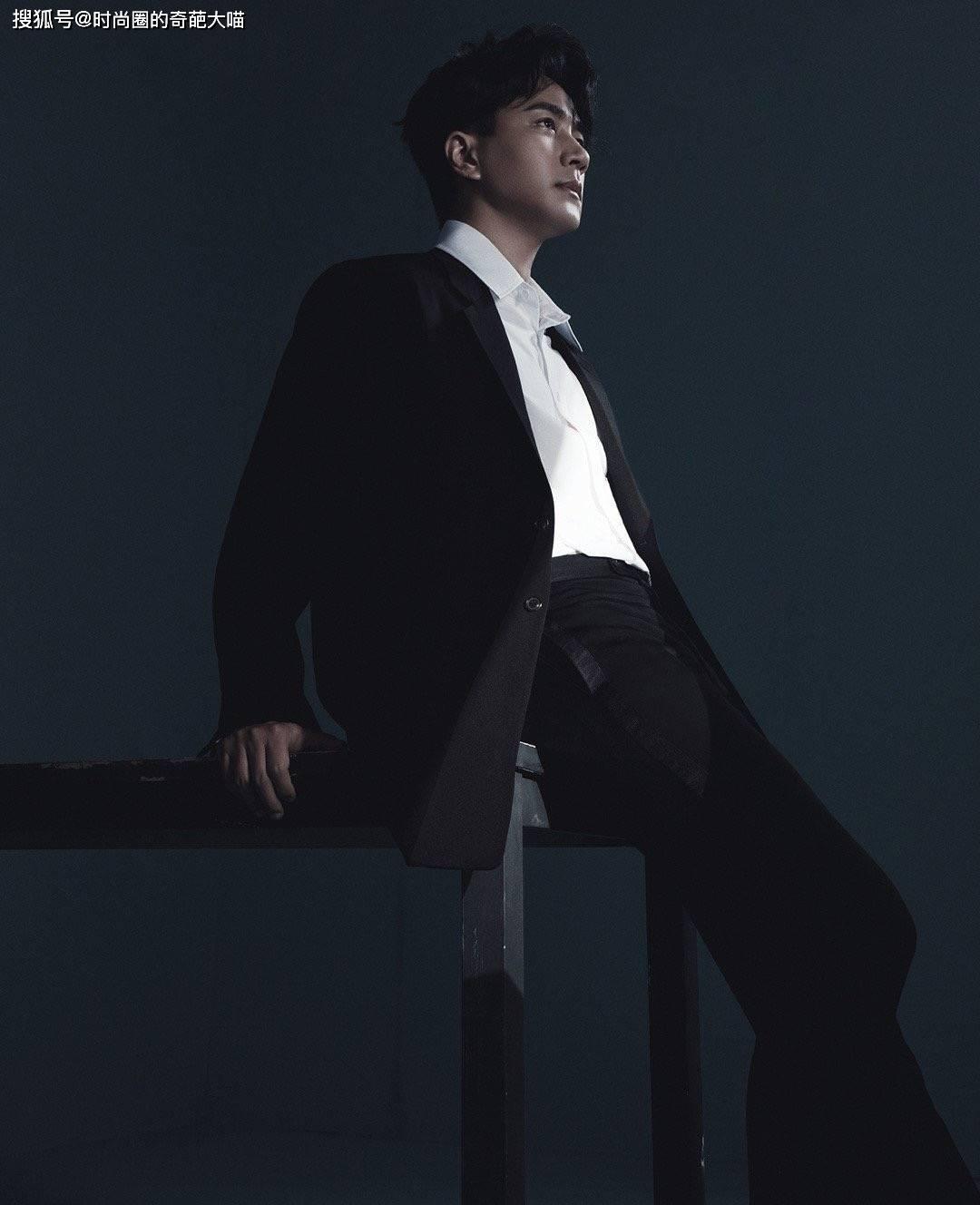 刘恺威46岁仍似少年,黑白大片演绎极致孤独感,果然越老越有魅力