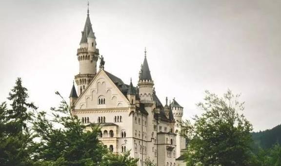 原创             50岁改造废弃老房,用画笔打造3000㎡绝美城堡,与花为邻与画相伴