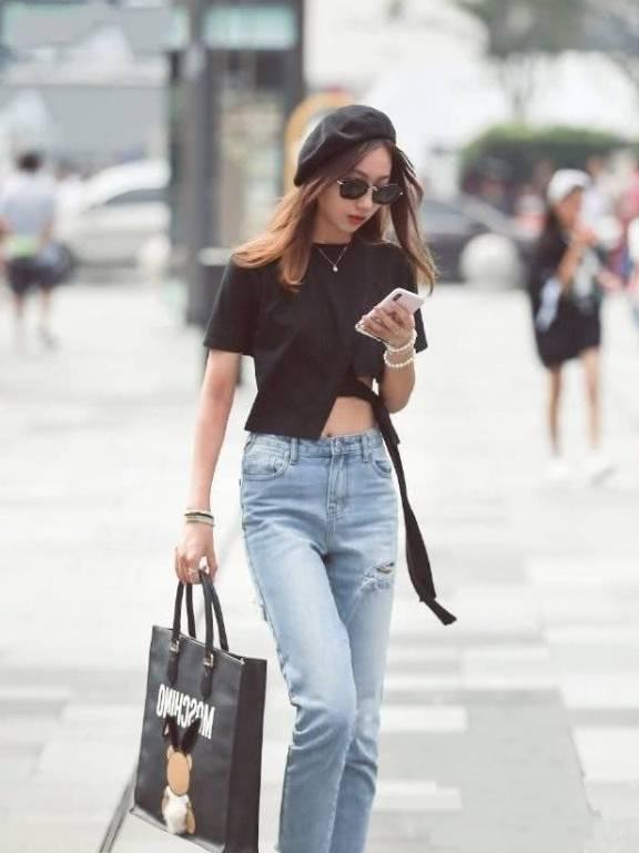 牛仔裤休闲又不失潮流的感觉,不仅简洁大气更加有实用性