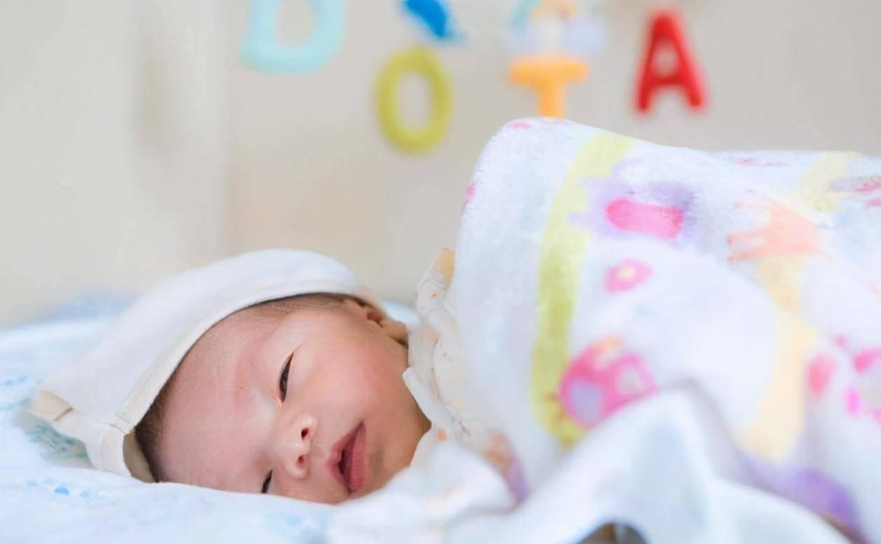 """新生儿睡着时""""偷笑""""?父母别只觉得可爱,其中的原因不可忽视"""