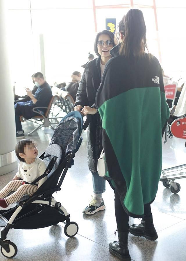 胡杏儿带娃现身机场,偶遇黄梦莹热聊,儿子猎奇观望萌态实足(图3)