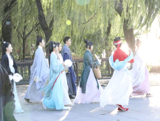 走了周震南来了王子异,姐姐团杭州站时装开演,安静出席?(图8)