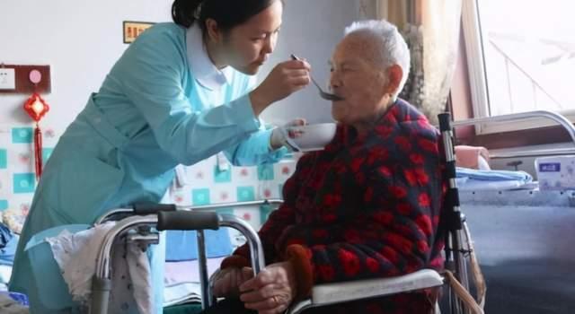 为什么有很多老人在去世前,都会说一些胡话?做子女的要知道