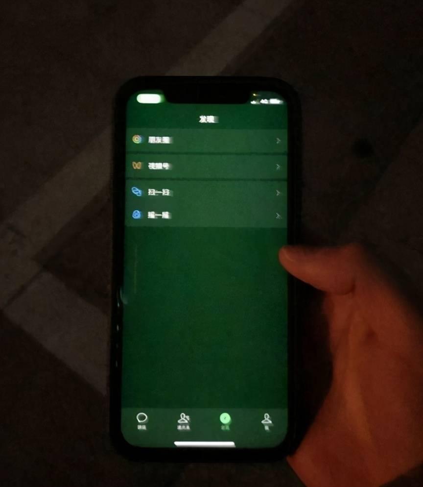 """苹果12绿屏!意外曝光华为的""""良心"""",果粉:非逼我们换华为?"""