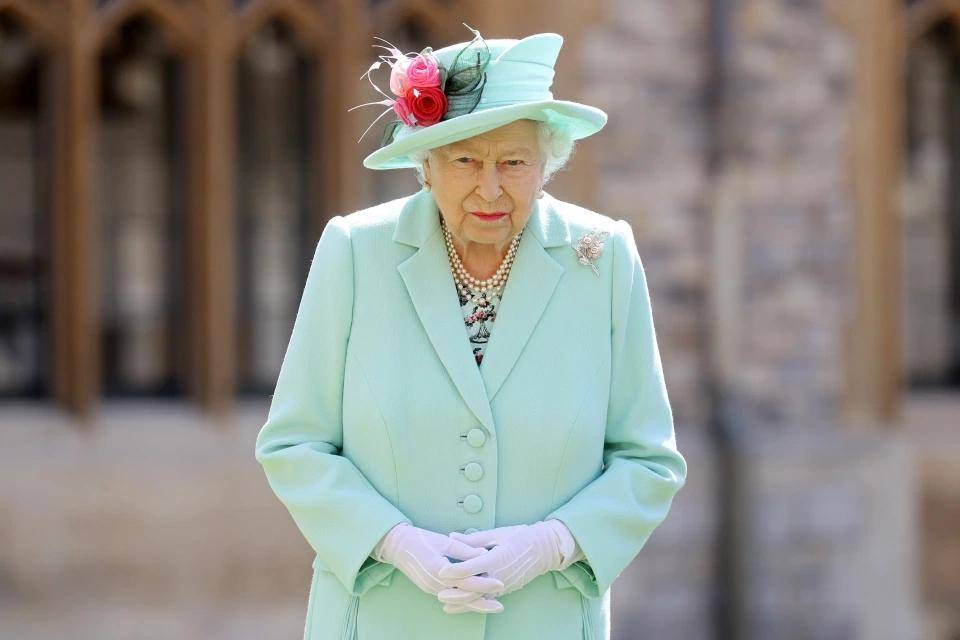 """原创             73年前英女王结婚,婚纱材料全靠""""攒""""!却从美国空运10000颗珍珠"""