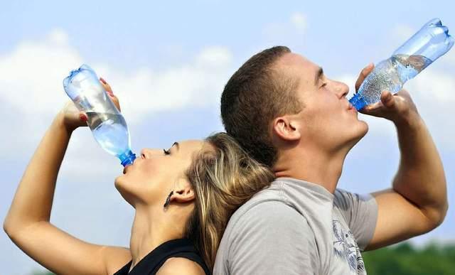 """喝八杯水,走一万步?被刷屏的""""健康真言"""",是养生还是减寿?"""