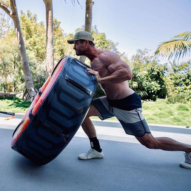 锤哥晒健身训练照,肌肉身材太优秀,网友:裤子要掉了?