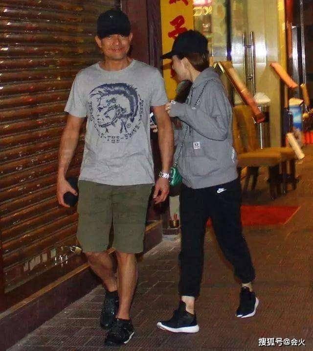 郭富城携小22岁娇妻逛街被偶遇,全程牵手大秀恩爱,力破婚变传闻