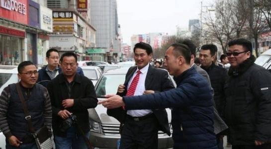 儿媳陈亚男一个月圈粉300万,大衣哥买40万豪车当嘉奖,飘了?(图5)