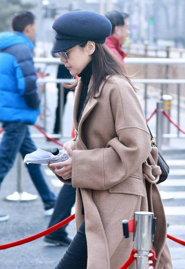 原创             闫妮素颜出镜,虽然抹平了皱纹,但40多岁的状态还是真实的!