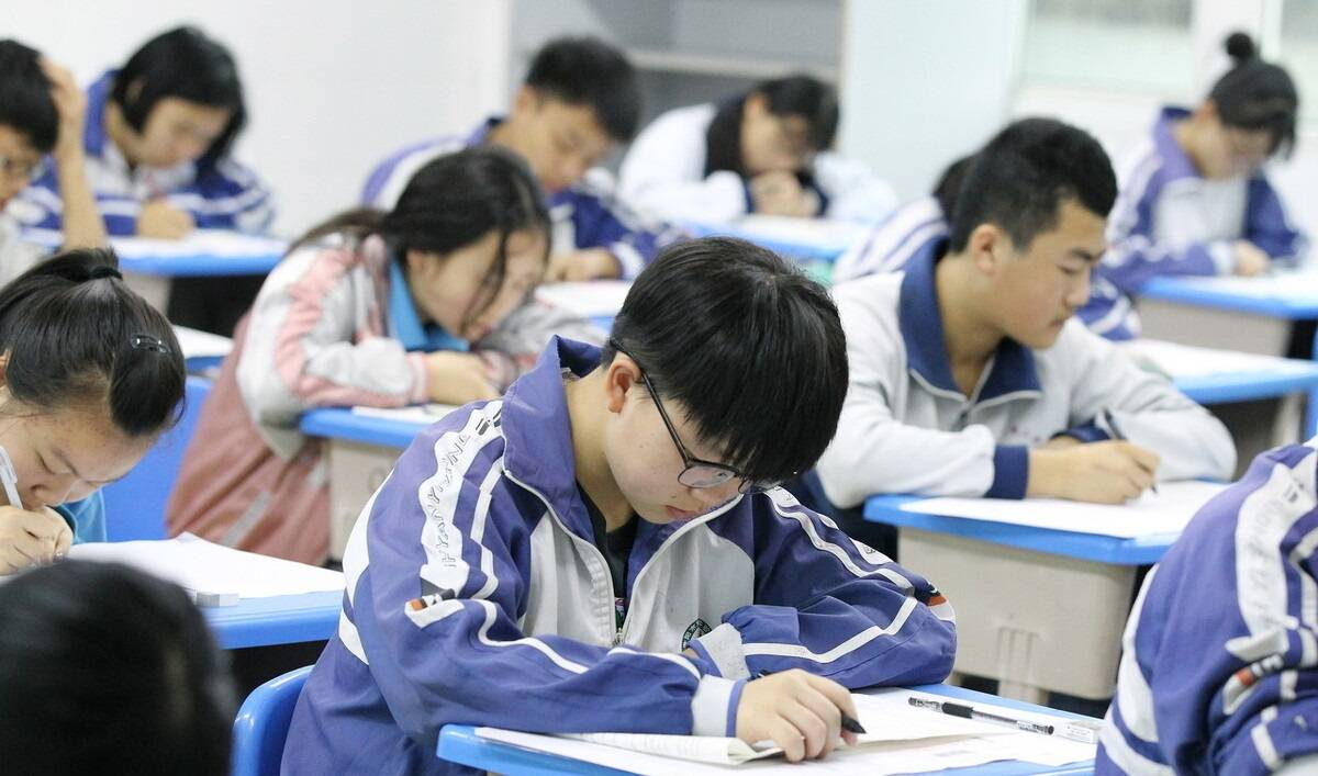 """武汉新中考将考15个科目,学生""""更难了""""!压力超成年人原因为何"""