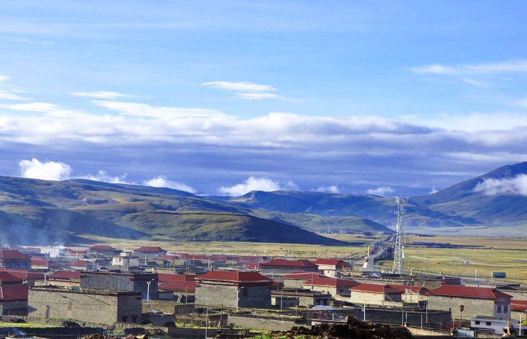 原创             中国海拔最高的城市,因康巴汉子丁真的微笑而火,处处都是风景