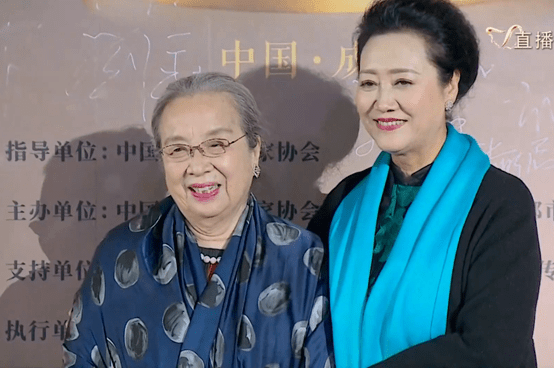 原创             中国电视好演员红毯生图:江疏影手拿暖手宝,李易峰穿得像魔术师