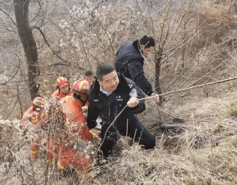 男子意外跌落沟底 民警携手救援