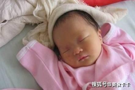宝宝出生的时候 过了一会老公用手指戳了一下 知道妈妈为什么笑喷了