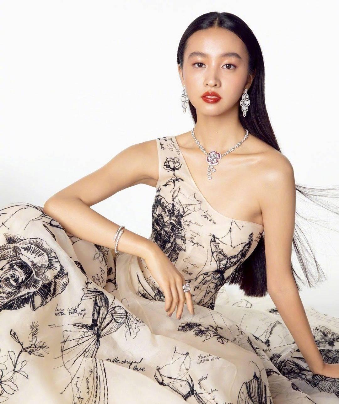 原来的木村三木可塑性太强,穿黑色蕾丝裙,显得女人味十足,时尚表现超棒