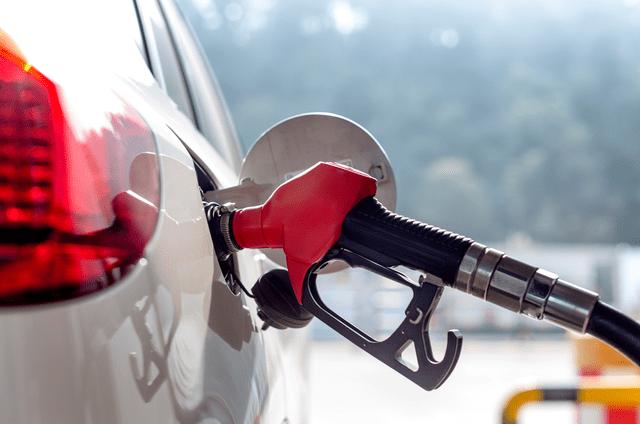 加满一箱油将额外花费3.5元的成品油,且油价连续四次上涨