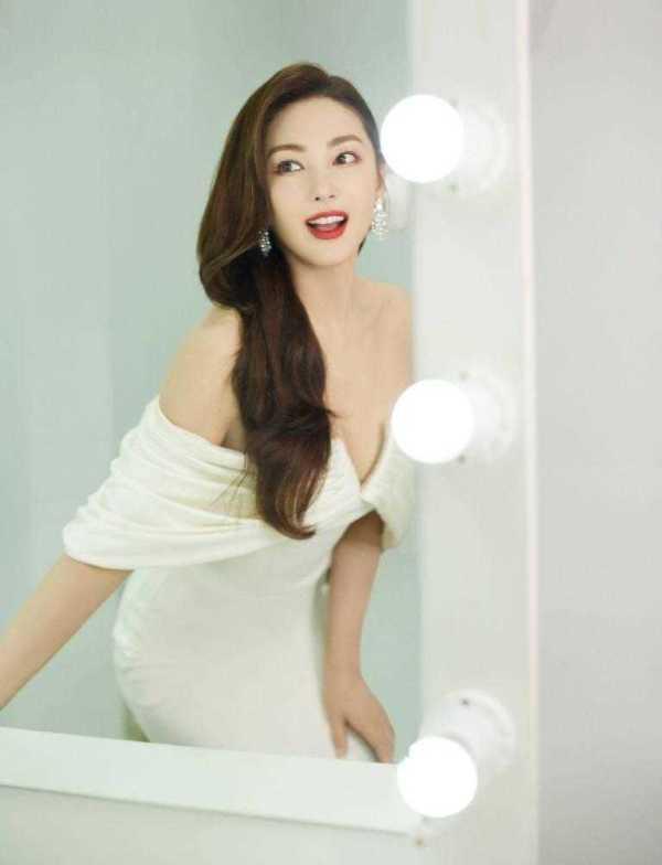 """原来的张雨绮真的是""""天下第一美"""",穿着白色的无肩带裙子,留着长长的卷发,几乎认不出来了"""