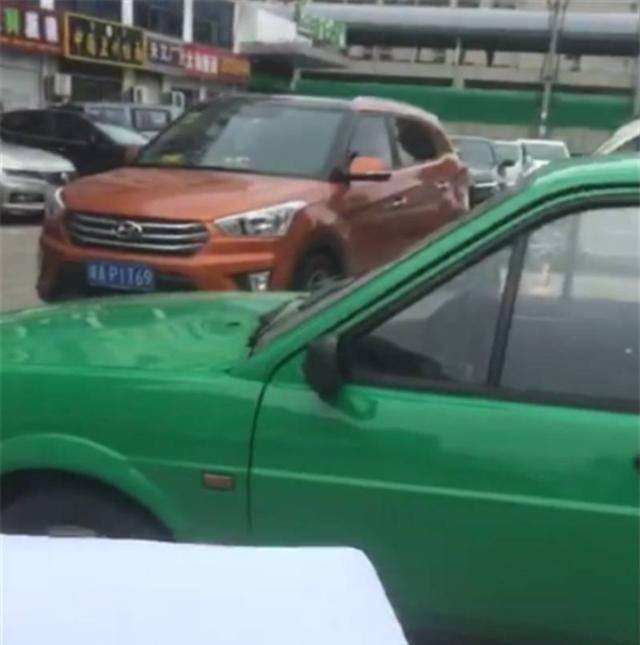 """原来的""""蛙绿""""桑塔纳占了车位。当他取车时,发现一张纸条,车被堵住了"""