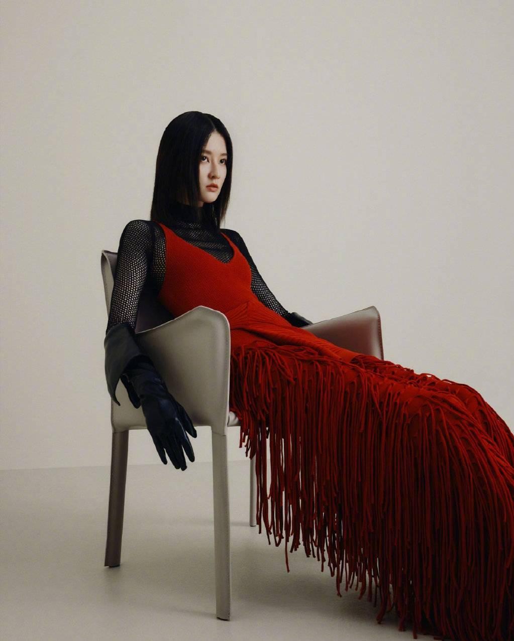 甜美变酷妹,乔欣大片造型来袭,穿红色流苏裙气场全开