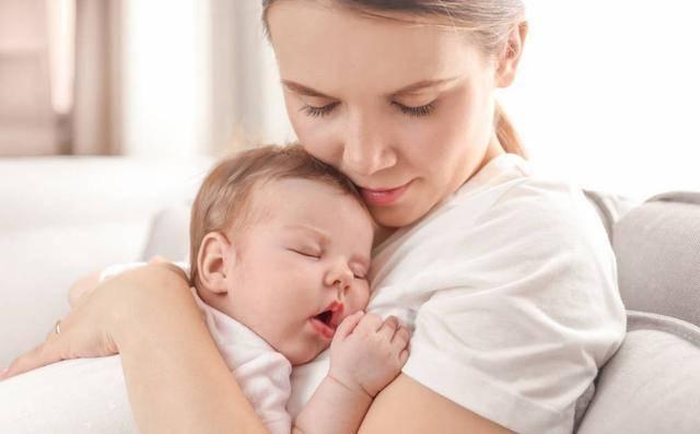 为何宝宝喜欢被人抱着走,一停就哭?知道原因后,父母不会嫌累了
