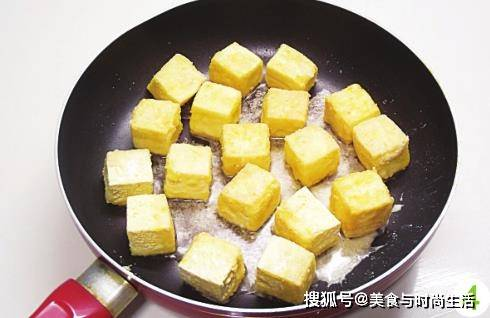 只是简单的煎一煎,2块钱的豆腐这样做,口感瞬间提升,酸辣可口