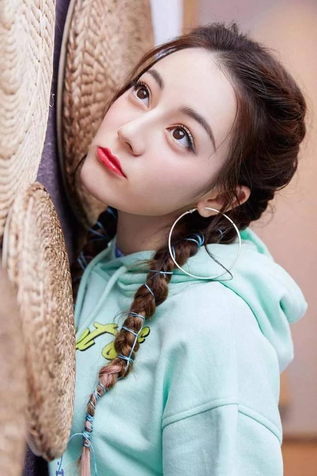 原创             告别冬季沉闷,娜扎热巴都在画彩色眼线,个性又吸睛,时髦精必备