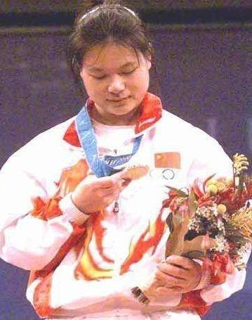 世界冠军农民出身,退役后128万卖掉奥运金牌,竟然不是为了自己