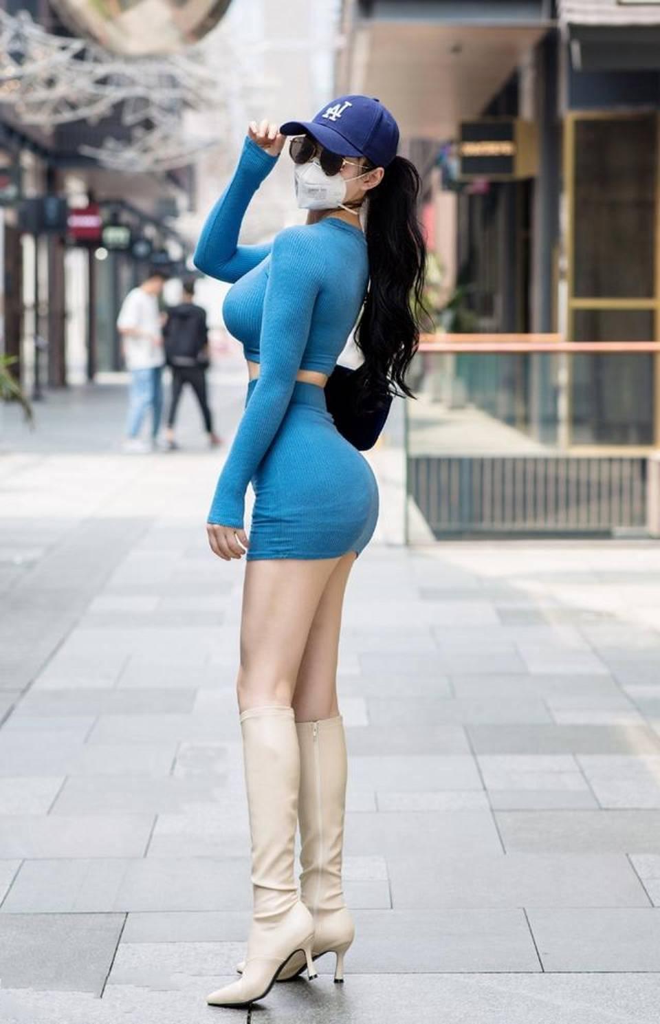 街拍,吊带连衣裙上面有许多闪闪发光的亮片,简直不要太迷人