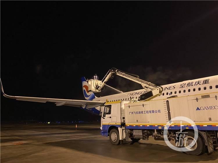 寒潮来袭!18架飞机这样除冰