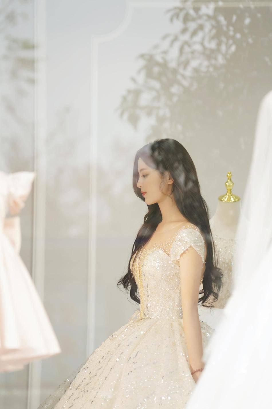 原创             杨超越再尝白婚纱造型,低胸深V秀天鹅颈,精致绣珠尽显高贵