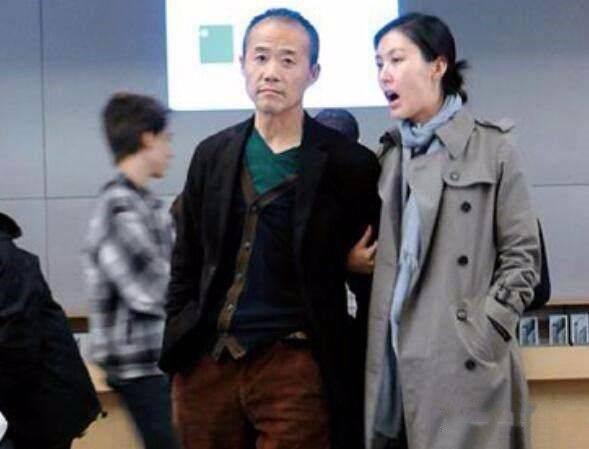 原创             王石携妻走机场,69岁穿棒球服很潮啊,田朴珺跟他后面追着走!