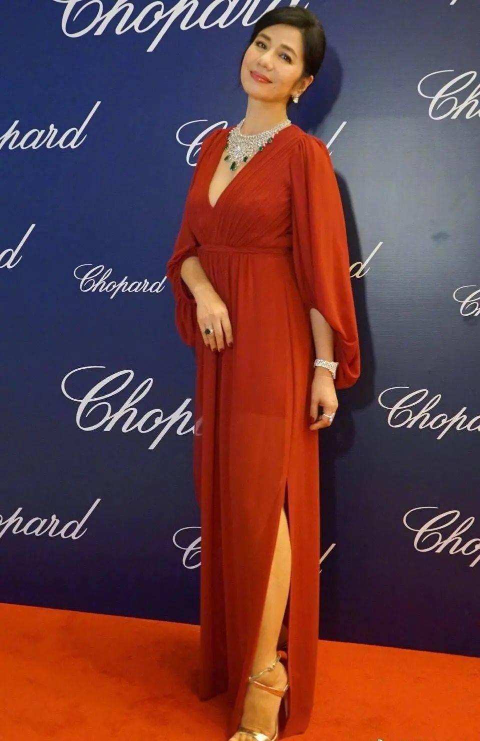 原创             60岁钟楚红魅力不减,穿复古印花裙同框关之琳,名媛气质更胜一筹