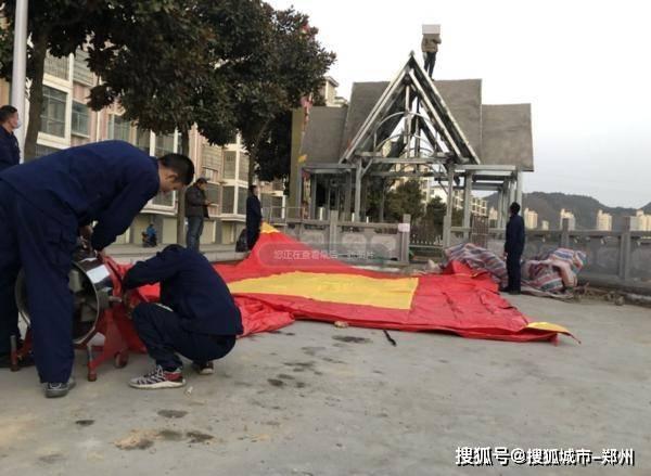 信阳一男子爬上建筑物顶欲轻生,消防、公安全来了!