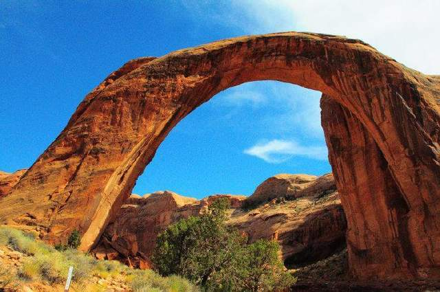 天山有个希普顿石拱门,它曾被吉尼