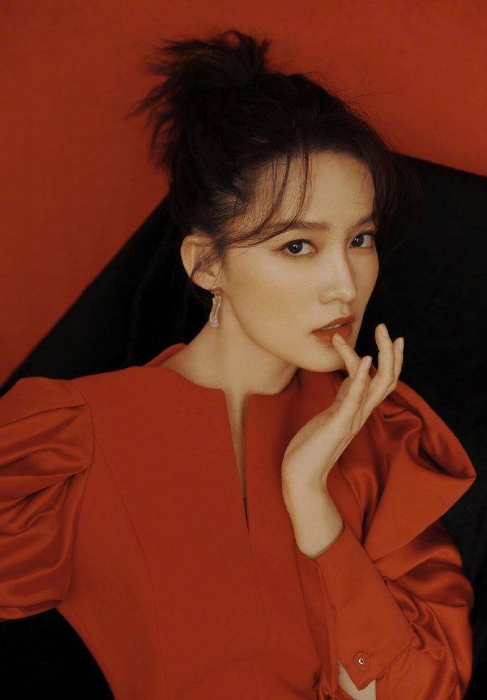 原创             李沁红灯笼造型明艳高级,黑色皮手套更添凌厉,朱唇轻启姿态魅惑