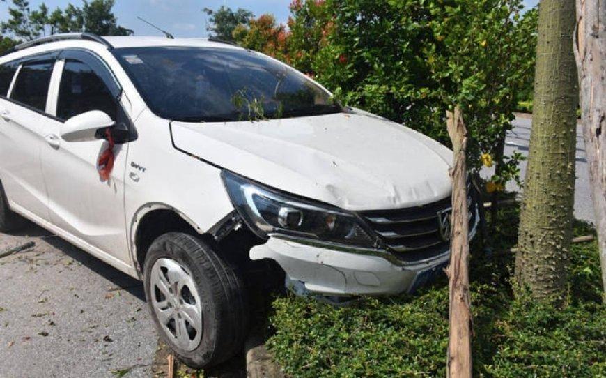 原厂宝骏310W用路灯冲花。网友:这车也是醉了。是传说中的纸车吗?