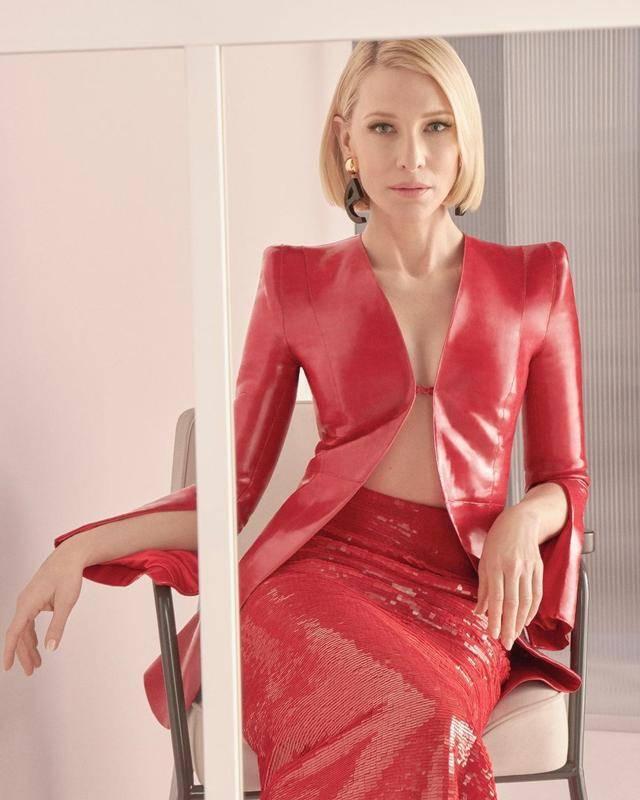 51岁凯特深v皮衣搭红色鱼尾裙,皮肤冻龄状态绝,网友:是我老公