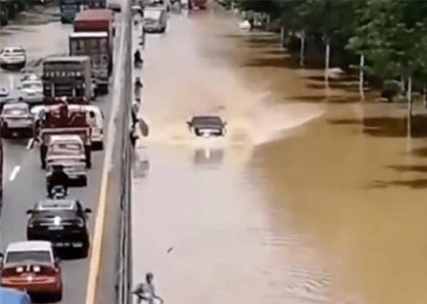 原厂35万凯迪拉克XT5过水,水溢出中间网不关火,可见美国车的密封性