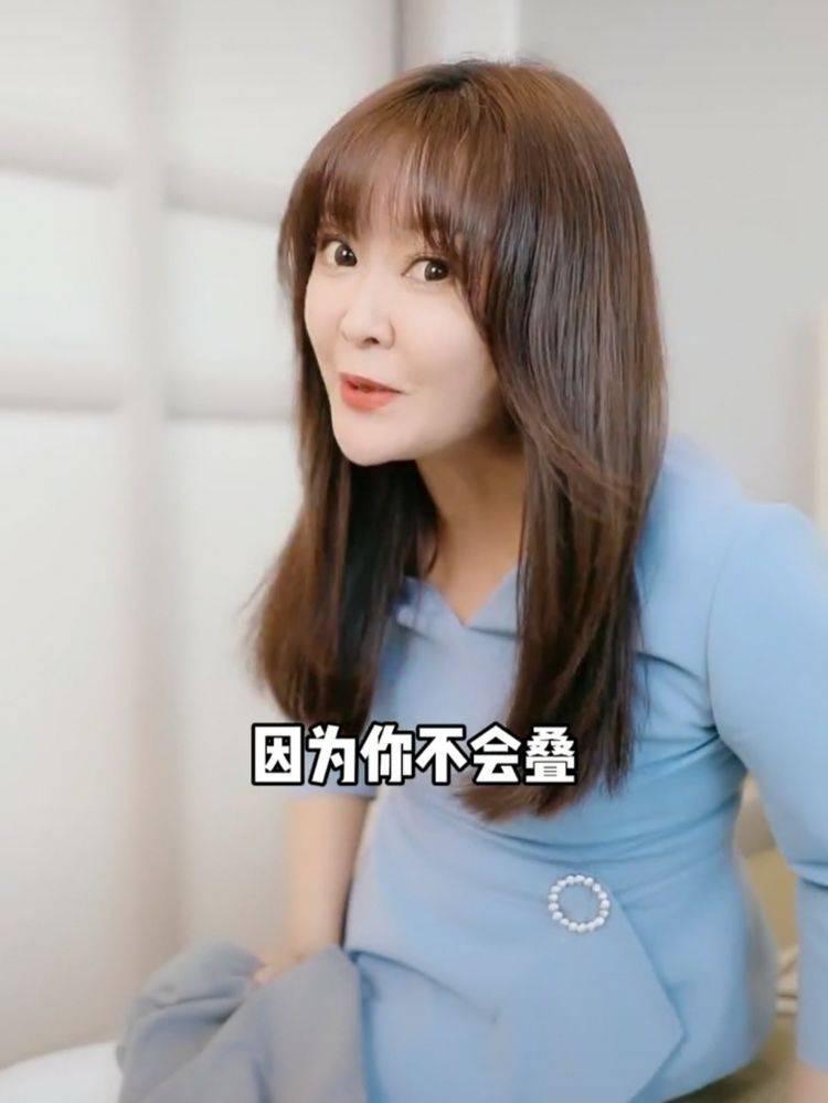 央视女主持整成蛇精?下巴太假法令纹明显,47岁拍视频似少女