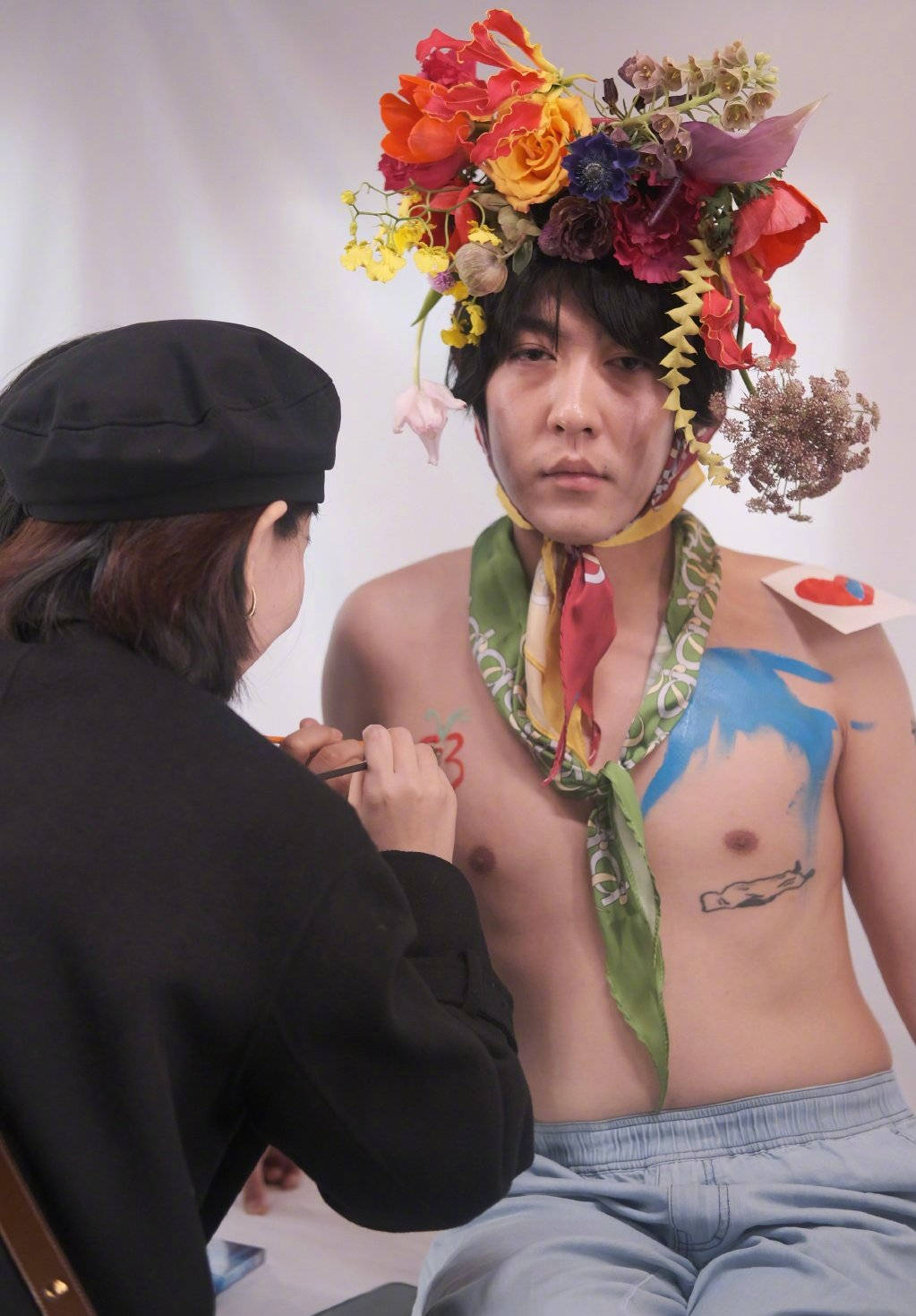 姜思达搞行为艺术七胜娱乐 赤裸身体让粉丝作画